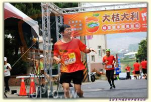 大桔大利峨眉鄉半程馬拉松 起終點處 (2)(ssu ying Chiou):大桔大利,000 oo,主辦單位,20,峨眉鎯半程馬拉松) :::,公所,046,PHOTO,VIP